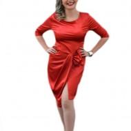 Rochie feminina, cu o crepatura pe piciorul stang, rosie