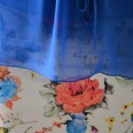 Rochie moderna nuanta albastra cu voal asimetric, design floral