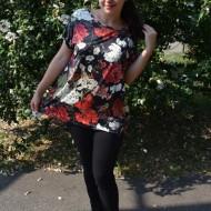 Bluza Lucia, cu imprimeu flower si coacaze, pe fond negru