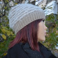 Caciula trendy, bej, din material tricotat cu design de dungi fine