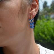 Cercei din pietre semipretioase, cu efect floral, nuanta de albastru, rosu, perla, negru