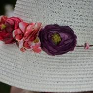 Palarie alba din material cu aspect impletit decorata cu flori