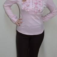 Pantalon trei-sferturi, culoare maro, decorat cu nasture fin