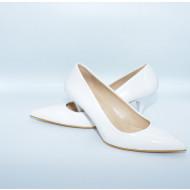 Pantof clasic, de culoare alba, piele ecologica cu aspect de lac