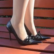 Pantof clasic din piele, negru, cu varf ascutit si decor de funda