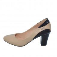 Pantof cu toc mediu, de nuanta bej-maro, cu un pandativ auriu