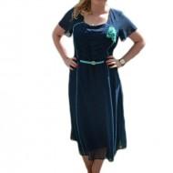 Rochie bleumarin cu buline mici turcoaz si design de fronseuri