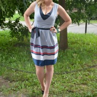 Rochie casual in nuanta de alb-bleumarin-rosu cu design de dungi