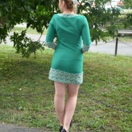 Rochie casual, model scurt, pe turcoaz, cu insertii broderie alba si nasturi