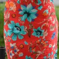 Rochie de primavara-vara, flori colorate, pe fundal rosu