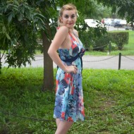 Rochie feminina, in culori de vara, prevazuta cu un V in fata