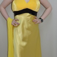 Rochie in nuanta de galben, decolteu in V, aspect creponat