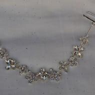 Agrafa chic si in tendinte, din material usor argintiu cu strasuri mici