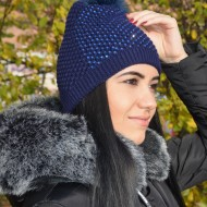 Caciula bleumarin de iarna din material tricotat, cu mot si strasuri
