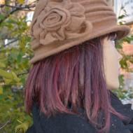 Caciula fashion tip palarie, culoare bej, cu floare aplicata lateral