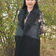 Cardigan Lucia tip vesta,din piele intoarsa , insertii de blanita si buzunare ,nuanta de negru