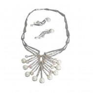 Colier elegant cu cercei cu surub, culoare aurie cu perle si cristale