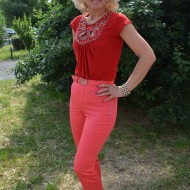 Pantalon subtire cu croi conic si talie medie, nuanta de rosu