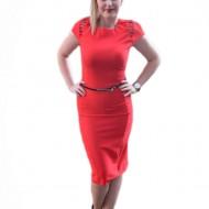 Rochie de culoare rosie, accesorizata cu curea subtire in talie