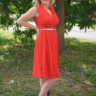 Rochie din voal rosu, de lungime medie cu model de fronseuri