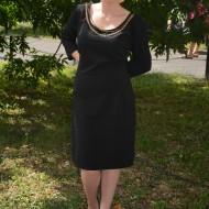 Rochie simpla neagra cu decolteu rotund si insertie de colier auriu