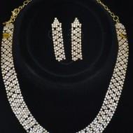 Set de bijuterii cu cristale albe pe fond auriu, model deosebit