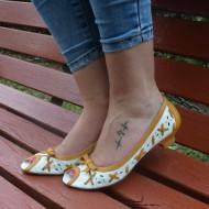 Balerin bicolor galben-alb, decupat si decorat cu fundita in fata