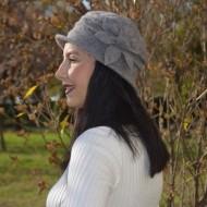 Caciula Denise tip palarie din lana,accesorizata cu floare,nuanta de gri