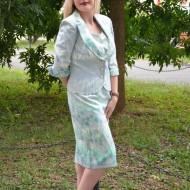 Costum elegant, frumos colorat, in nuante de verde deschis