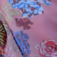 Esarfa moderna din matase, cu flori colorate pe laterale, fond roz