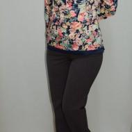 Pantalon lung , de culoare maro, cu un design clasic