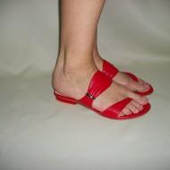 Papuc modern din piele, in culorile alb si rosu cu talpa plata