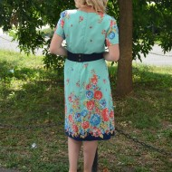 Rochie turcoaz cu flori multicolore si curea aplicata in talie