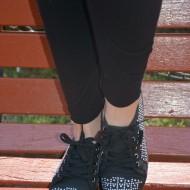 Tenis tineresc cu decor de strasuri mici si capse, pe fond negru