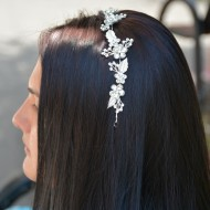 Agrafa eleganta tip coronita cu model floral cu cristale, pe argintiu