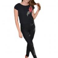 Bluza tinereasca scurta in talie, neagra cu design de floare rosie
