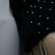 Caciula originala, de culoare neagra, cu decor de margele aurii