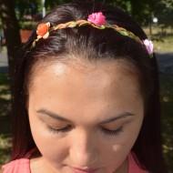 Cordeluta tinereasca cu design de flori mici si elastic pentru fixare