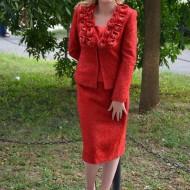Costum rosu foarte elegant, cu fusta scurta si sacou cu maneci lungi