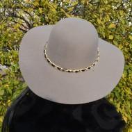 Palarie eleganta de dama, culoare nisipie cu lant auriu aplicat