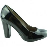 Pantof clasic cu toc inalt, de culoare neagra, cu varf rotund