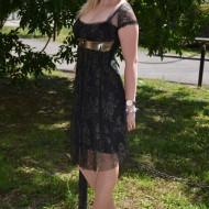 Rochie cu o suprapunere de tul negru cu insertii aurii