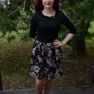 Rochie fashion, nuanta de negru-mov, detaliu auriu chic