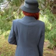 Sacou modern, de culoare bleumarin-alb, disponibil in masuri mari
