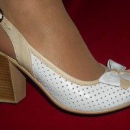 Sanda casual-elegant, de culoare alba, model cu varf inchis