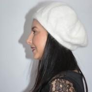 Caciula Ella fashion calduroasa cu insertii de strasuri ,nuanta de alb