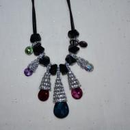 Colier rafinat cu pietre multicolore si cristale fine, la baza gatului