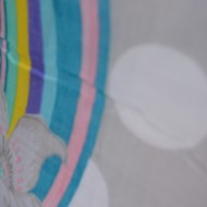 Esarfa moderna gri din vascoza cu imprimeu de mari dimensiuni