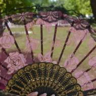 Evantai deosebit din material tip plasa cu imprimeu de trandafiri