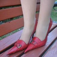 Pantof cu toc inalt, cu decor de capse pe fond de culoare rosie